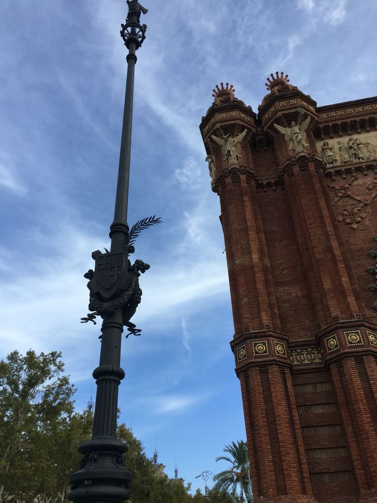 While the Arc de triomf may not have flowers on it, the columns directly in front are decorated with big palm leaves. The arc also is located at the top of a promenade, leading to Ciutadella Park and has a bunch of palm trees leading right up to the beautiful piece of architecture.