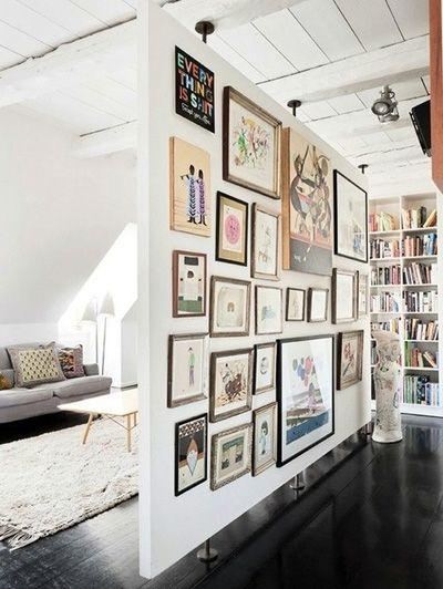 Verdeeld een ruimte in tweeën, de roomdevider, klemt tussen vloer en plafond.