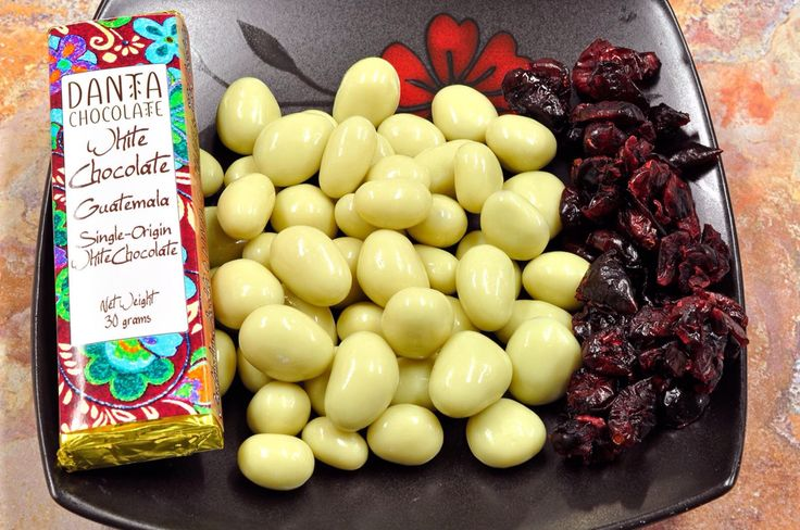 ¡Fresquitos!  Cranberries (arándanos rojos) cubiertos de chocolate blanco.  Q25 la bolsita de 70 gramos.  Otro producto que sólo encuentra en Danta Chocolate.