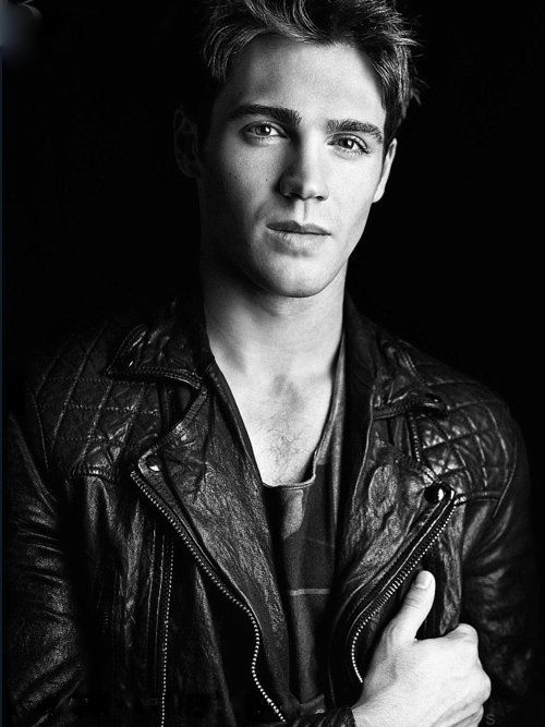 steven r. mcqueen...jeremy gilbert is my little cougar crush!