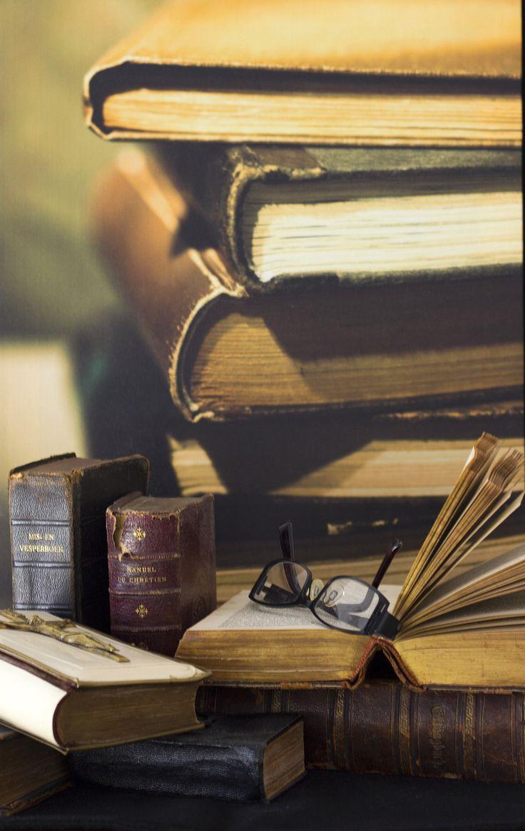 opdracht 3 stilleven hobby. één van mijn hobby's is het verzamelen van oude bijbels in allerlei talen, verder lees ik graag en heb dit alles dus gecombineerd met mijn grootste hobby: fotografie!!