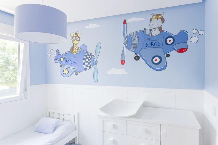 Habitación infantil con mural pintado a mano.