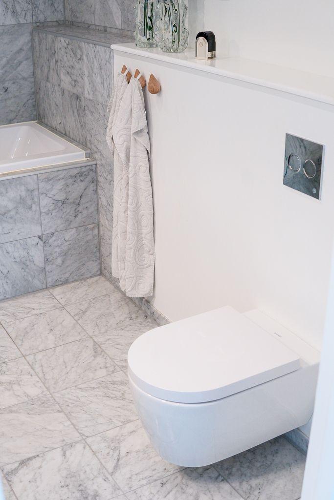 Snygg kombination mellan marmor och vitmålat