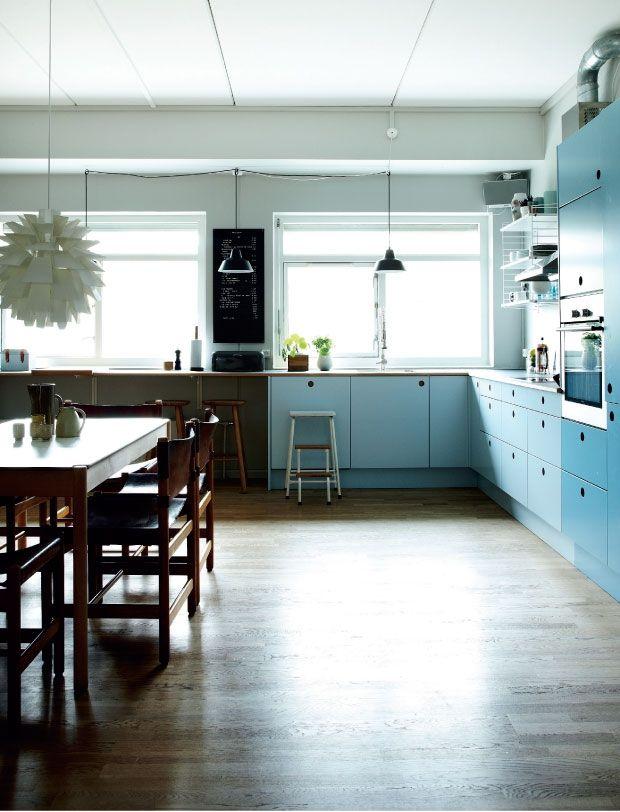 Det var ikke, fordi der var noget galt med køkkenet i Julie og Steffens nye lejlighed. Det var bare ikke sådan et køkken, de drømte om. Men ved blot at skifte de hvide fronter og bordpladen ud fik de ikke bare knald på farverne, men følelsen af et helt nyt og hyggeligt køkken-alrum.