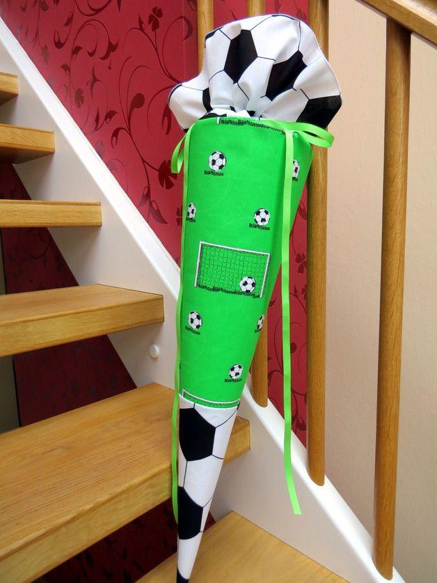 Schultüte für fußballbegeisterte Jungs aus Stoff  Aus verschiedenen Baumwollstoffen (schwarz-weiß mit Fußballmuster, grün mit Spielfeld) genäht. Verschlossen wird die Schultüte mit einem grünem...