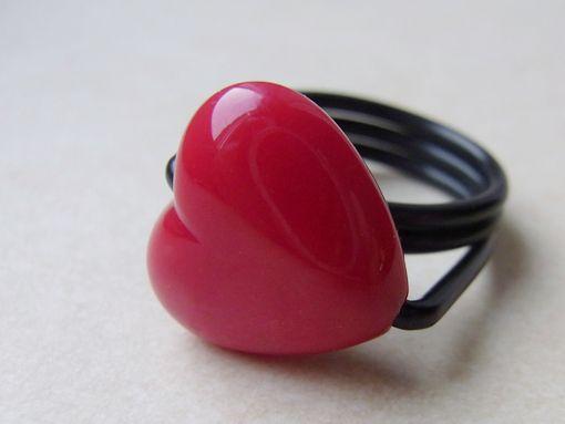 Valentinstag - Ring mit Herz (Kunststoff) von Schmuckeritis auf DaWanda.com