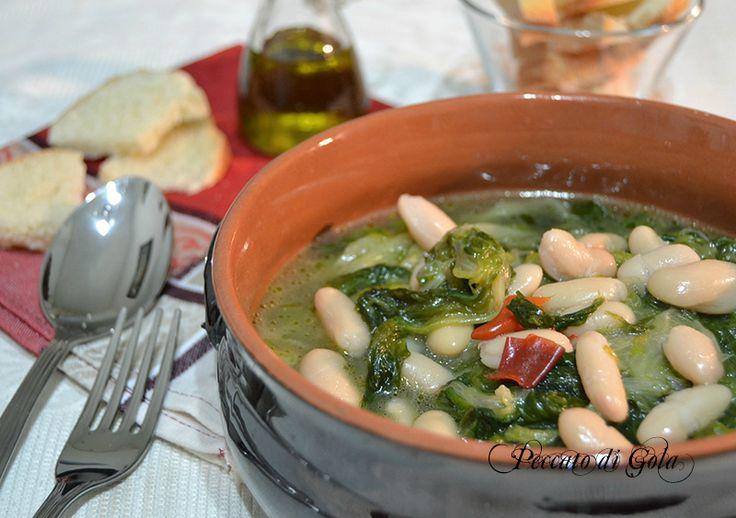 I fagioli e scarole fanno parte delle tantissime ricette tipiche della cucina Campania. Una zuppa eccellente fatta da pochi e fantastici ingredienti.