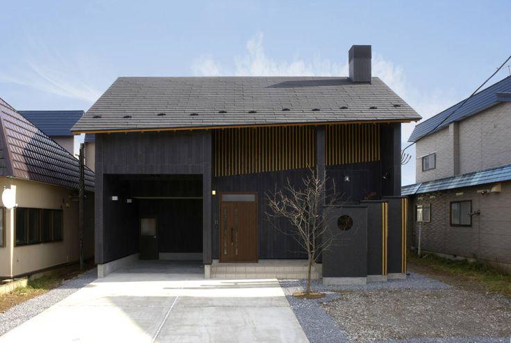 松浦一級建築設計事務所が手掛けるこちらの住まいは、和風モダンなオシャレなインテリアと水庭の涼しげな庭のある自然が調和した…