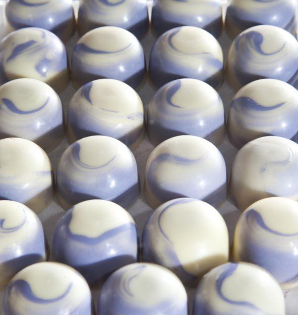 Bombones de uva en chocolate blanco: combinación de tonalidades de sabor...
