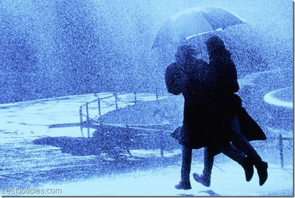 ¿Es mejor caminar o correr bajo la lluvia? (Video) - http://www.leanoticias.com/2015/07/20/es-mejor-caminar-o-correr-bajo-la-lluvia-video/