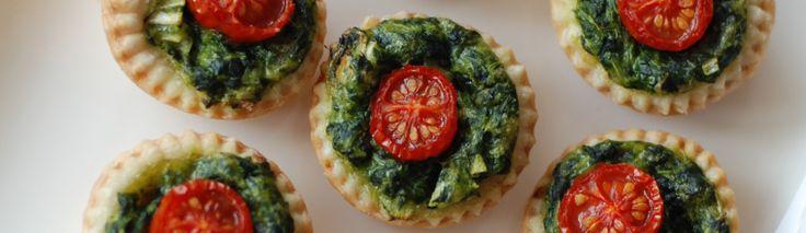 <p>Het gerecht van vandaag is letterlijk één hapje. Het spinazie-tomaathapje is een (ienie)miniquiche gemaakt met bladerdeeg. Het gerecht is bij mij vaste prik op een tapasavondje met vrienden of familie, maar ook op een verjaardag is dit leuk om te serveren. Het is weer eens …</p>