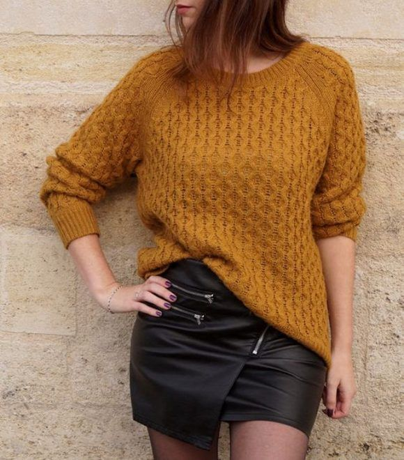 Pull jaune moutarde (couleur tendance hiver 2016-2017) + jupe noire zippée : http://www.taaora.fr/blog/post/pull-jaune-moutarde-jupe-simili-cuir-noir-zippee-look-automne #look #outfit