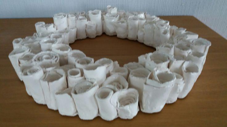 Krans in witte papierklei met  glans  van Mayco SC 2101