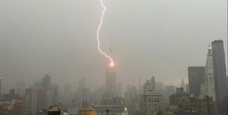 Οταν ο κεραυνός χτυπάει το Empire State Building στη Νέα Υόρκη – Δείτε ΒΙΝΤΕΟ