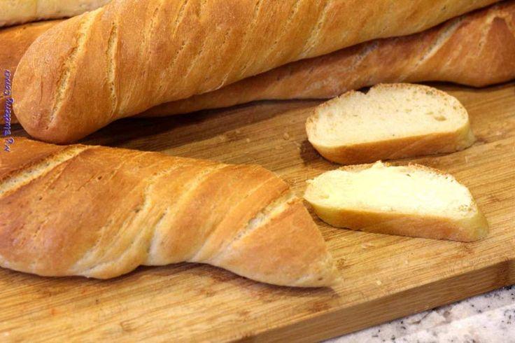 Te bułki można zrobić na niedzielne śniadanie, trzeba tylko wcześniej wstać. Łatwo się je przygotowuje i zawsze wychodzą. Rozmaryn sprawia, że bułki smakują jeszcze lepiej. Można też dodać innych ziół, jak oregano lub tymianek. Porcja na 4 bagietki Składniki: Zaczyn:  100 ml letniej wody 1 pełna łyżeczka cukru 2 łyżki mąki pszennej 40 g (mała paczka) świeżych drożdży  Ciasto:  550 g mąki pszennej chlebowej typ 750 2 płaskie łyżeczki soli 4 łyżki oliwy z oliwek 250 ml letniego ...