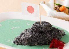広島県呉市のクレイトンベイホテル内のレストランコートダジュールで見た目にインパクトがあるクレイトン潜水艦カレーが味わえます 瀬戸内の穏やかな海をイメージして作ったという鮮やかな色のカレーで潜水艦はカ墨ライスで表現 野菜の甘味を活かしてお子さんでも食べやすい味になっているんだそうですよ(_)v 広島にお越しの際にはぜひご賞味あれ  #広島 #呉 #ホテル #カレー #グルメ tags[広島県]