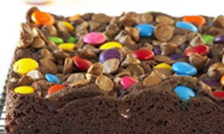 This chocolate square combines the deliciousness of a rich and moist cakey base with the crunchiness of brightly coloured Smarties on top.