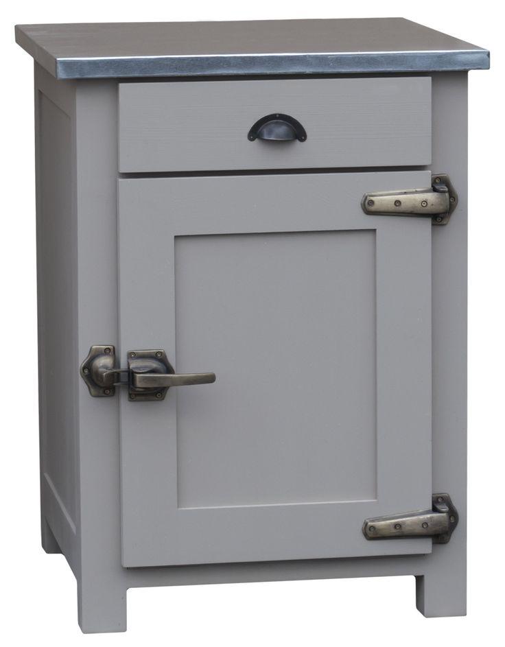 """Le charme de ce meuble est double : d'une part, le plateau en zinc acier mêlé à la couleur gris chiné donne un résultat très chic et d'autre part, les poignées de type """"boucher"""" (ou encore """"frigo"""") donnent du corps à l'ensemble."""
