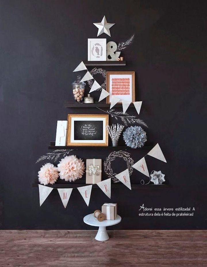 Versier de woonkamer met een kerstboom aan de muur - Roomed