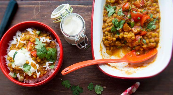 Intialainen linssi-daal on proteiinipitoinen kasvisruoka.Raasta porkkana, silppua sipuli ja valkosipulinkynnet. Kuumenna öljy vokissa. Lisää sipulit, porkkanaraaste ja mausteet. Kuumenna sekoitellen, ...