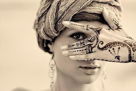 Il tatuaggio all'hennè è un tatuaggio non permanente che viene realizzato applicando sulla pelle un composto di foglie e rami essiccati e finemente triturati di Lawsonia Inermis, conosciuta come Henna. Il composto ha caratteristiche coloranti e viene spesso usato per tingere capelli ma fin dai tempi antichi delle società tribali questo prodotto è stato usato per colorare e decorare parti del corpo. Da qualche anno a questa parte questi tatuaggi sono ritornati di moda e spesso sfoggiarli in…