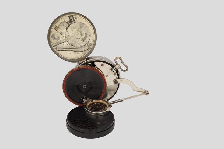 Mikiphone - fonograf kieszonkowy, 1926-1927 z Muzeum Inżynierii Miejskiej w Krakowie /Mikiphone pocket phonograph, 1926-1927, from The Municipal Engineering Museum in Krakow/
