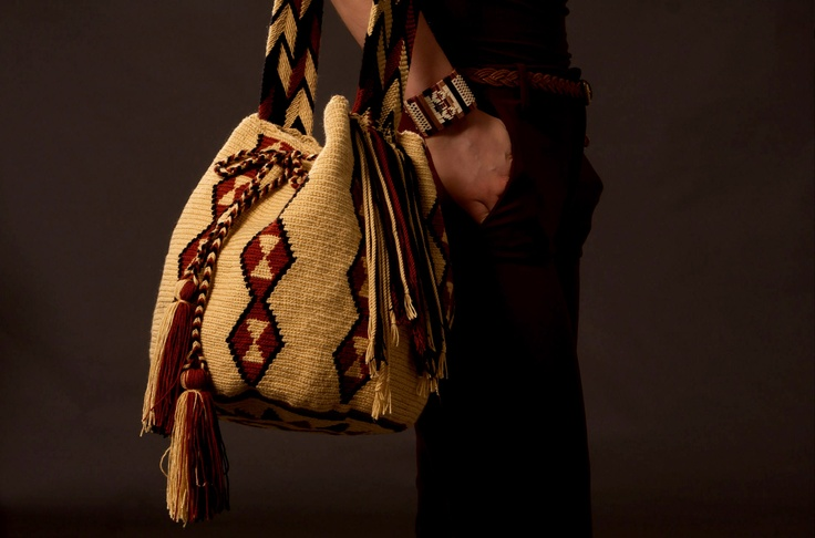 You can see the distinctive figures on this bag.These represent elements of nature (animals, plants, stars, signs, etc.) all of which surround the daily lives of the Wayuu tribe.