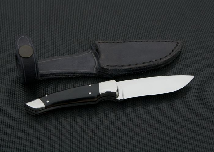 nůž: Nůž Pygmej ocel: Bohler N690 celková délka: 175mm délka čepele: 85mm síla čepele: 3mm materiál rukojeť:  stabilizovaná buvolí kost, nerezová záštita a patka pouzdro: hovězí úseň