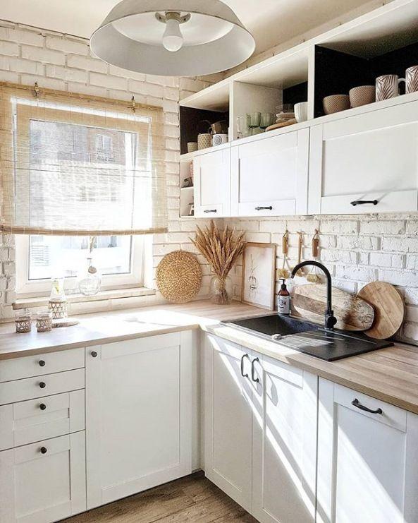 Aranzacje Kuchni Urozmaicaja Biale Cegly Na Scianie Stojace I Wiszace Szafki Maja Tradycyjny Charakter Kitchen Remodel Small Home Decor Kitchen Kitchen Design