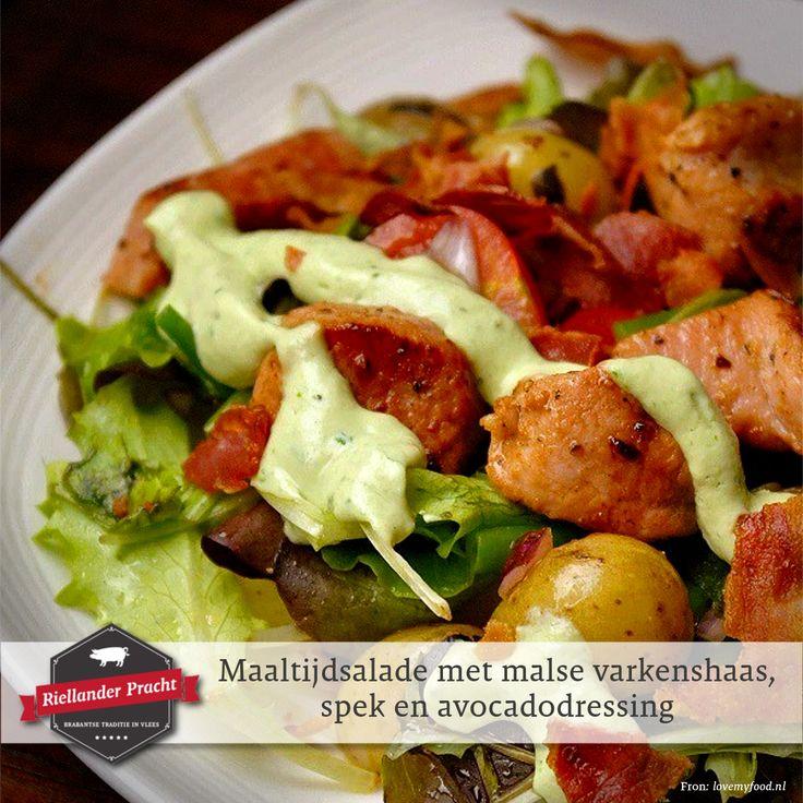 De vierde maaltijdsalade in de reeks van zomerse salades is dit keer een lauwwarme salade. Deze is door de spekjes en krieltjes wat steviger dan de vorige salades maar met de avocadodressing en een lekkere droge rosé een prima salade voor een zomerse dag.  Recept: maaltijdsalade met malse varkenshaas, spek en avocadodressing  INGREDIËNTEN (4 personen) Voor de dressing: • 250 ml Griekse yoghurt • 1 avocado • 2 lente uitjes • 1 teentje knoflook • handje basilicumblaadjes • 2 el citroensap • 3…