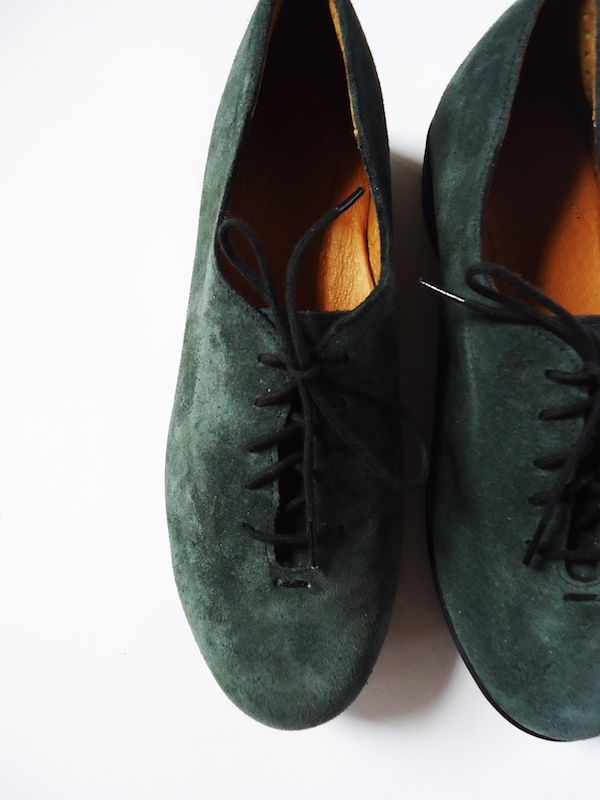The Essential Oxford is a minimal lace up shoe handmade by American comfort shoe manufacturer SAS. The shoes feature an Italian leather upper, a bouncy rubber sole, and padding where it counts - at the widest foot joint and in the foot liner with added back heel and arch support.Take a look at what