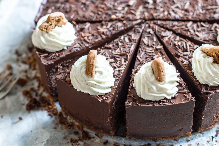 Een verslavend lekkere chocolade cheesecake met speculaasjes als bodem en een zachte chocolade ganache topping. Perfect voor Sinterklaas!