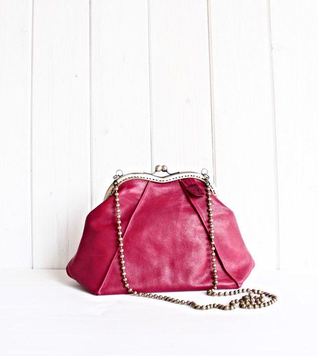 Borsetta in pelle rossa stile vintage, fatta a mano in italia. Questa borsetta ha un'apertura ampia e comoda,  con chiusura metallica clic clac e catenina-gioiello. La base della borsa è piegata...