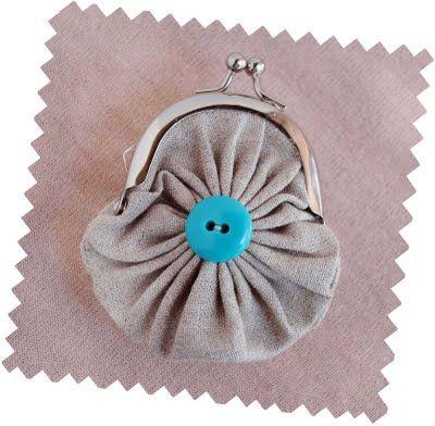craft fabric yo-yo coin purse .... DIY ... http://zakkalife.blogspot.com/2011/09/craft-fabric-yo-yo-coin-purse.html