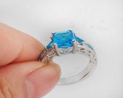 Luxusný dámsky prsteň zo zliatiny bieleho zlata s aquamarínmi