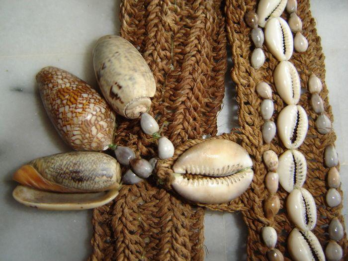 Oude raffia halsketting met schelpen - Papoea, Nieuw-Guinea