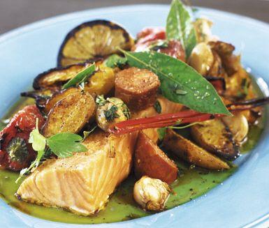 Chorizoconfiterad lax med rostade grönsaker är ett rustikt och spännande recept där korv, laxfilé och potatis är huvudingredienser. Paprika, schalottenlök och tomat rostas i ugn. Citron sätter pricken över i.