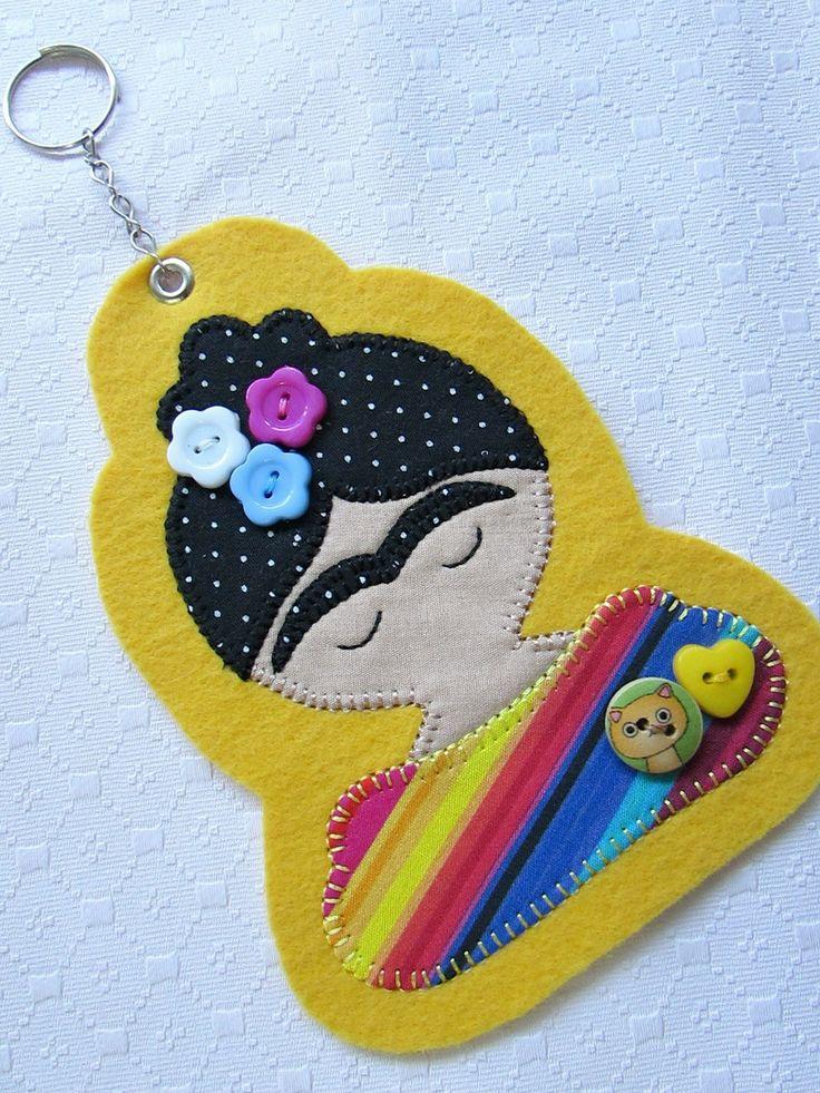 Chaveiro Frida Kahlo  Em feltro, com aplique em tecido.  Acompanha a correntinha de metal com argola.  As cores podem variar, assim como os detalhes de botões.  Sob encomenda
