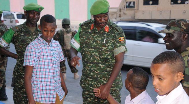Gen Muheesi interacting with residents of Mogadishu on Sunday