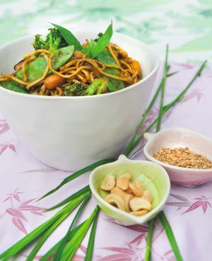 Een oosters fusionfeestje van groentes, 'Thaise' basilicum en Japanse chips.   Tijd: 20 minuten