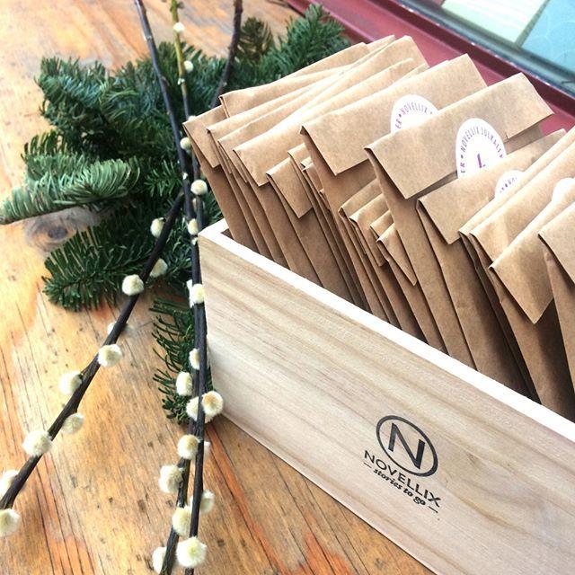 Novellix julkalender är här 🎁 24 blandade hemliga noveller levereras i vår fina Books-in- box. Beställ nu så kommer den garanterat före första december! Perfekt till personalrummet eller till den som vill upptäcka nya författare🌹📚länk i bio! 👆 #novellixkalender #adventskalender #novellix #booksinbox