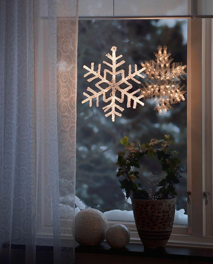 Vakker LED vindusilhuett som passer fint som adventsstjerne. Snøfnugget er laget av akryl og har to lag som speiler hverandre og gir den dybde.