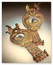 Los pendientes de gemas se usaban profusamente tanto por hombres como por mujeres, en todas las clases sociales y fueron muy populares sobre todo en el nuevo reino, uno de cuyos faraones, Akenaton introdujo la perforación del lóbulo de la oreja como se ve en las estatuas reales, que demuestran un uso muy extenso de este adorno.