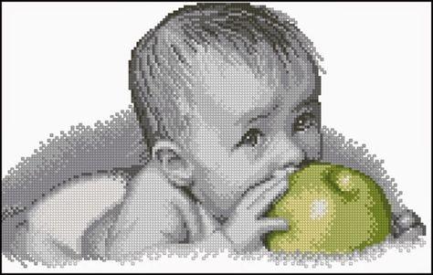 Schema punto croce - Bimbo che morde la mela | Hobby lavori femminili - ricamo - uncinetto - maglia