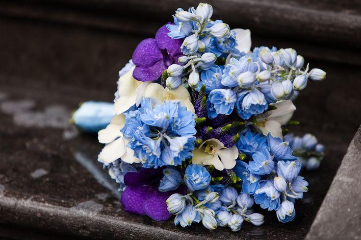 Bruidsboeket blauw-wit-paars, gemaakt door Bloemenweelde-amsterdam.nl