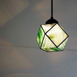 ステンドグラスのランプシェードです。クリアーとエメラルドグリーンのマーブルガラス。*灯具は黒のみとなります。▼仕様・ステンドグラスガラスシェード/size:H13,W12,D17cm 500g・灯具込み全長70cm(天井からランプシェード下部分まで)・天井引っ掛けシーリング取付けタイプ▼付属 ・灯具(口金E17/横ネジ止め/丸打ちコード50cm/シーリング付き)・100cmコード長の灯具もございます(プラス200円)ご希望の方はお知らせください。・白熱球40W球 ※電球はガラスのシルエットがより良く見える白熱球クリアを付属していますが、  電球型蛍光灯、LED電球もご使用いただけます。*取り付け方など、ご不明な点がありましたらお気軽にお尋ねくださいませ**商品は同時販売しておりますのでタイミングにより販売済の場合がございます*
