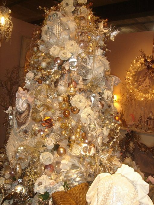 Victorian Christmas Elegance, A Soft And Romantic Off White And Gold  Victorian Style Christmas Tree. The Surrounding Seating Area In The Sal.