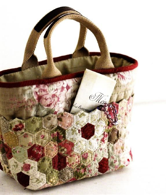 Blanket stitch top edge of hexies and use solid color for outside piece of purse w/embroidered flowers                                                                                                                                                     Más