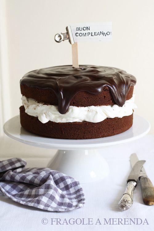 """Fragole a Merenda: una torta al cioccolato che non passa inosservata! """"..dire il vero, non ci sarebbe alcun bisogno di una torta al cioccolato. Non subito dopo il Natale, almeno... Ma a me questa torta serviva: e proprio oggi. Ve lo ricordate - vero? - il mio amico """"c..."""