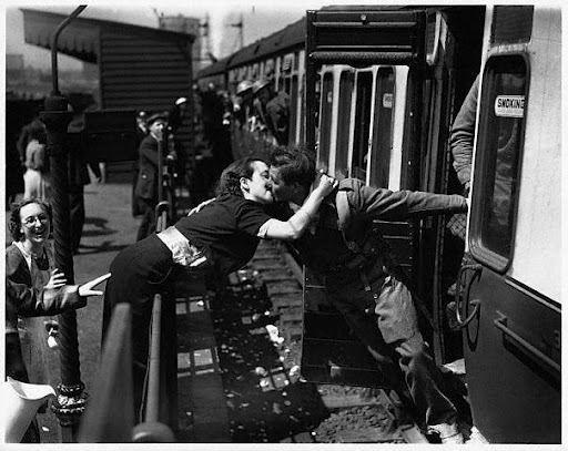 Ah, o amor! (Soldado a caminho da guerra se despede de sua amada.)